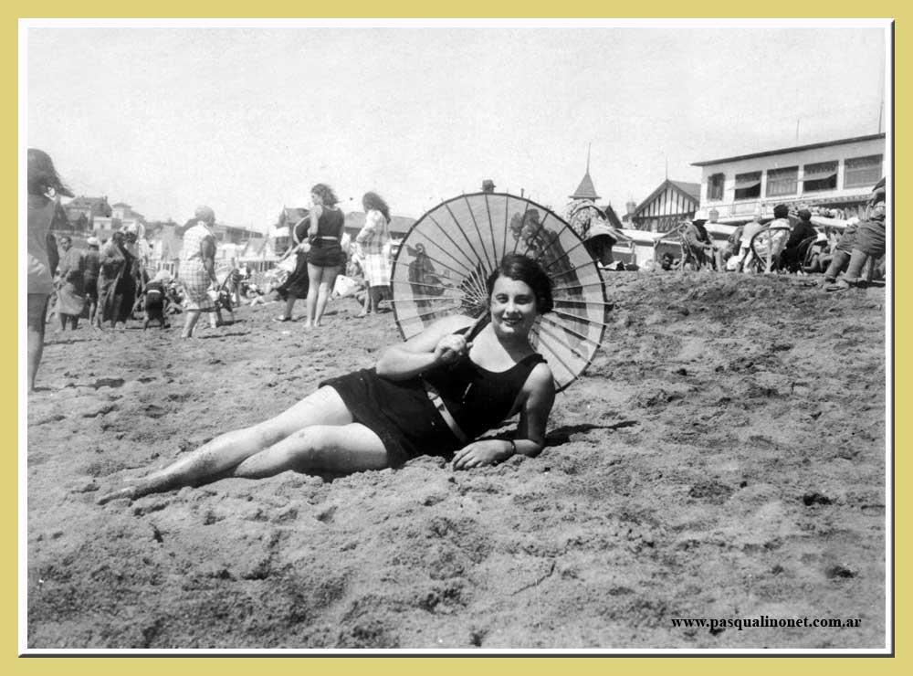 Jeune femme sur la plage de Mar del Plata en 1931