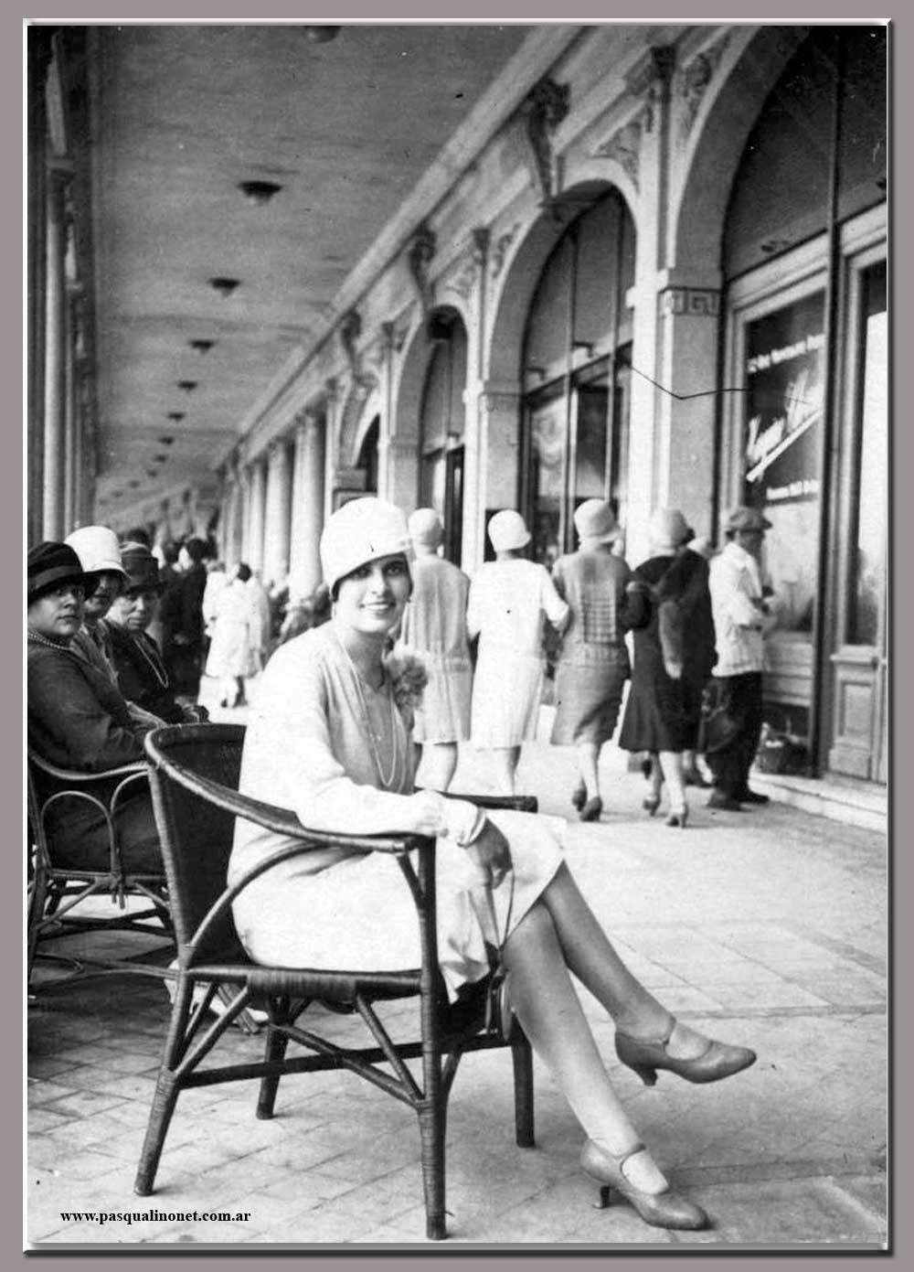 Sous les arcades du Bristol vers 1925